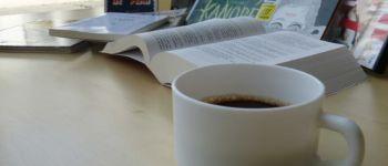 BiblioCafé et lecture de poésie par Jacques Vincent Douarnenez