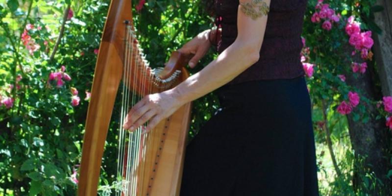 Lawena et sa harpe celtique en concert